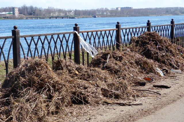 Вода отступает: на набережной работают коммунальщики