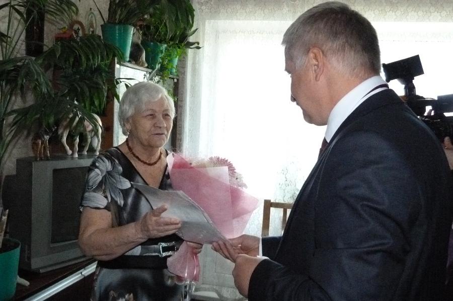 Глава Рыбинска вручил вдове участника войны жилищный сертификат