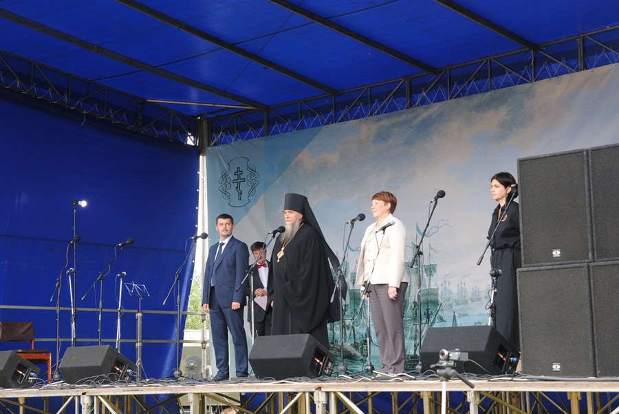 Монумент Федору Ушакову вРыбинске кместу установки довелось везти натракторе