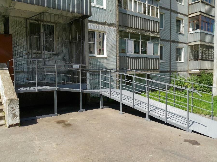 В Рыбинске при поддержке предпринимателя установили пандус для инвалида-колясочника