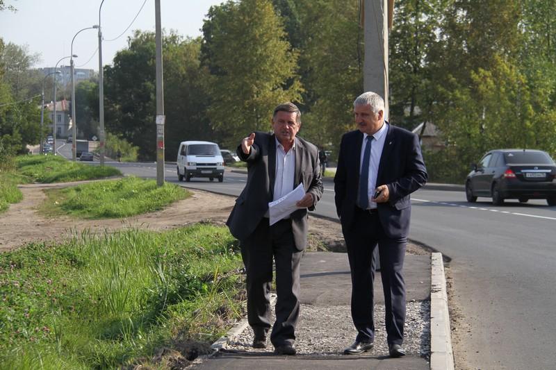 Глава Рыбинска по жалобам жителей проверил ремонт на ул. Труда