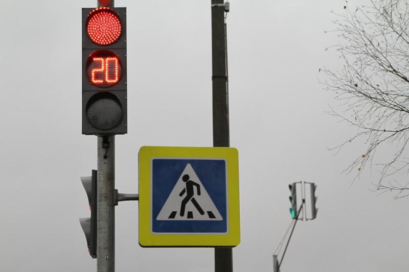 В Рыбинске начали монтаж нового пешеходного светофора