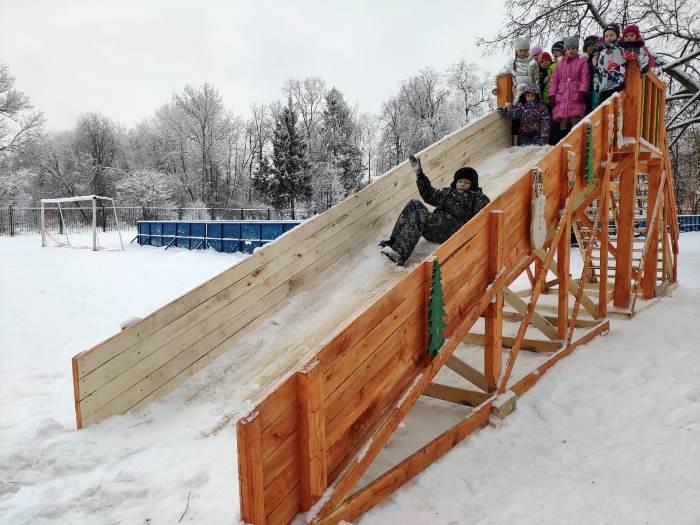 На территории Рыбинского кадетского корпуса установили деревянную горку