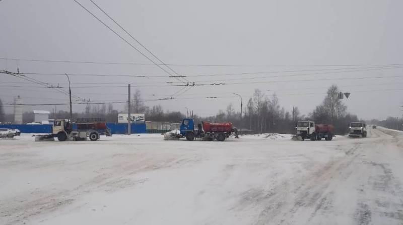 В Рыбинске устраняют последствия затяжного снегопада