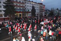 Колонна Дедов Морозов прошла путь длиной два километра